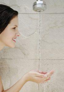 Wechselduschen straffen das Gewebe und erhöhen die Durchblutung.