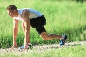 Sportler können besonders in jungen Jahren Dehnungsstreifen an der Hüfte bekommen.