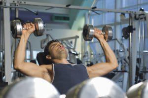 Manche Übungen belasten das Bindegewebe um die Achselgegend besonders.