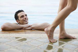 Besonders im Sommer können Dehnungsstreifen an den Beinen sehr störend und unangenehm sein.