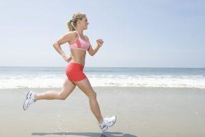 Um Dehnungsstreifen an der Brust zu vermeiden sollte beim Sport ein Sport-BH getragen werden